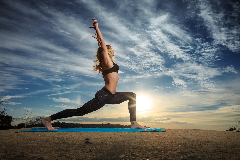 Занятия фитнесом и йогой на берегу моря